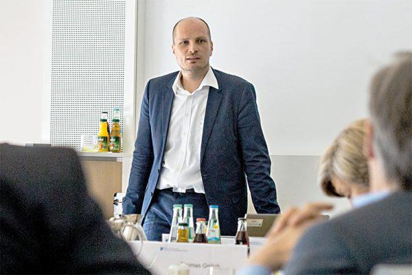 Dominik Enste, Leiter der IW Akademie, in einem Führungskräfteseminar für die Deutsche Bank.